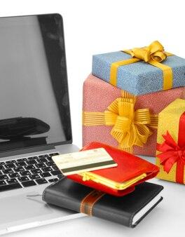 Quaderno moderno e scatole regalo, isolate su bianco