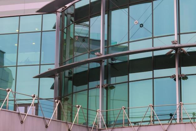 Edificio per uffici moderno con la facciata del primo piano di vetro