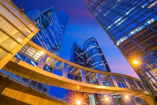 Edifici per uffici moderni nel centro di hong kong al crepuscolo