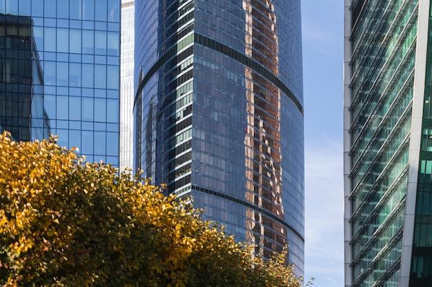 Edifici per uffici moderni nel distretto finanziario. international business center di giorno. dettagli dell'architettura edificio moderno facciata in vetro