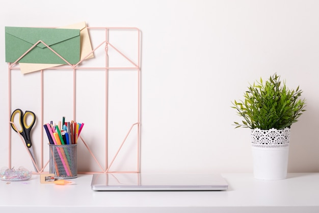 Scrivania da ufficio moderna con accessori colorati. spazio vuoto, mock up. stile minimale.