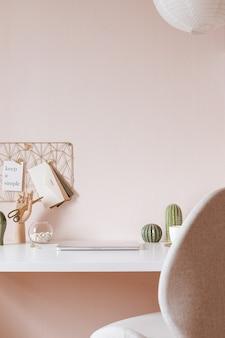 Scrivania da ufficio moderna con accessori dorati. spazio vuoto, mock up. stile minimale.