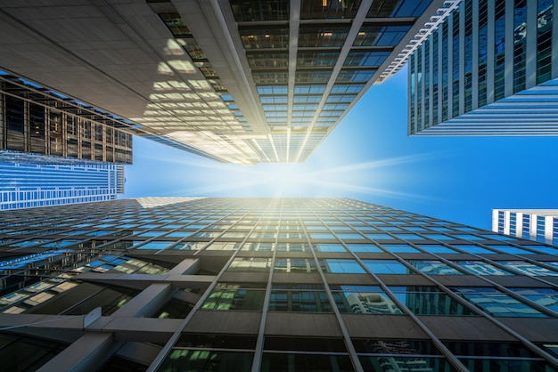 Paesaggio urbano moderno delle costruzioni di vetro dell'ufficio sotto il chiaro cielo blu in washington dc