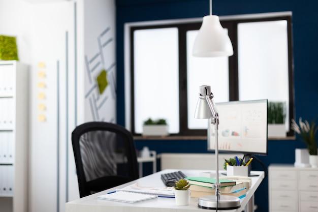 Interno di un ufficio moderno senza nessuno dentro