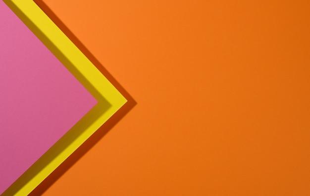 Sfondo arancione moderno con fogli di carta con ombra. modello, banner, copia spazio