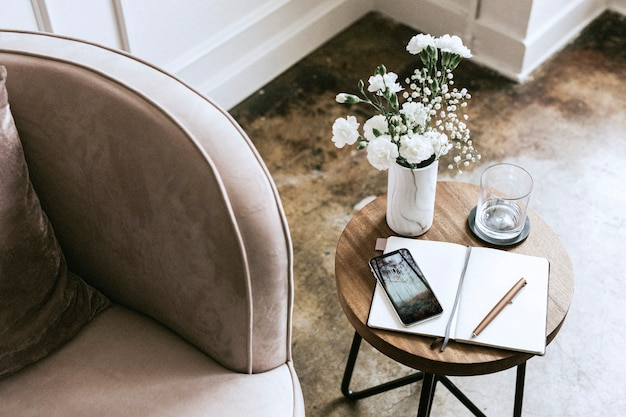 Arredamento moderno del soggiorno dai colori pastello