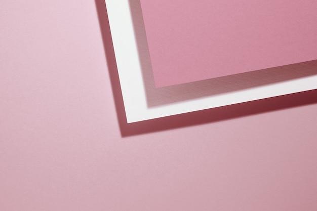 Sfondo rosa moderno con fogli di carta con ombra. modello per affari, disposizione piatta