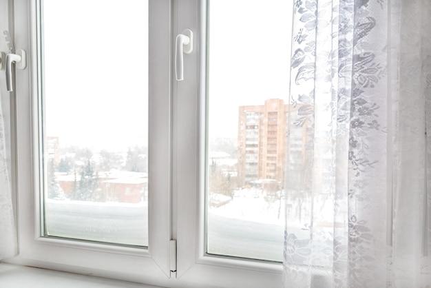 Moderna cornice della finestra in plastica in appartamento, primo piano