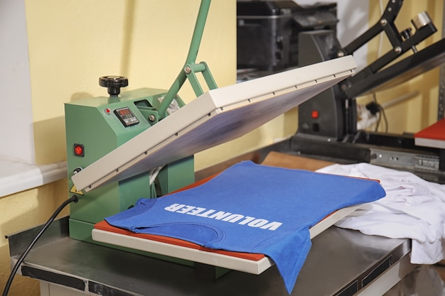 Moderna macchina da stampa con t-shirt sul posto di lavoro