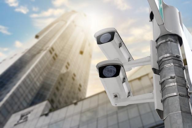 Moderna telecamera cctv pubblica su palo elettrico e sfocatura dello sfondo dell'edificio con spazio di copia