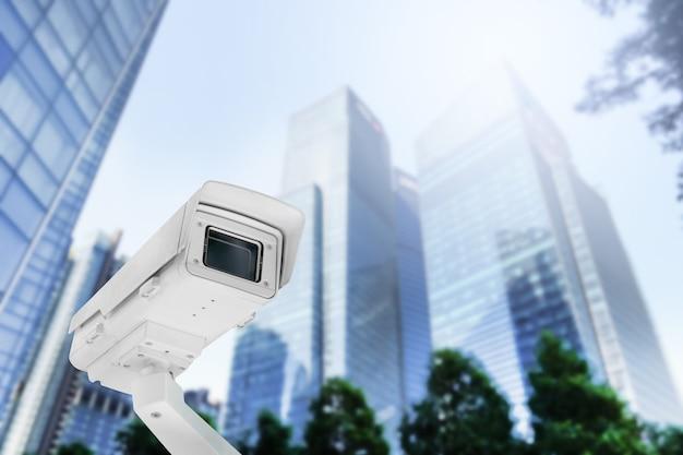 Moderna telecamera cctv pubblica su palo elettrico con sfocatura dello sfondo dell'edificio