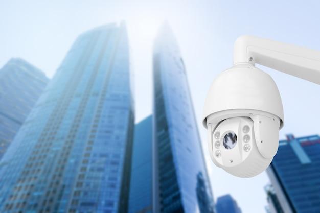 Moderna telecamera cctv pubblica a parete con sfocatura dello sfondo dell'edificio