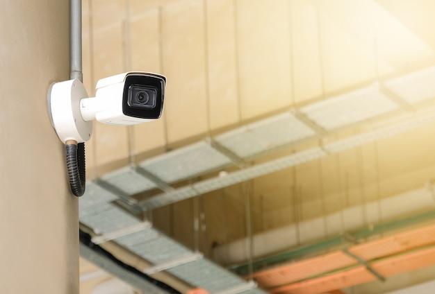 Telecamera cctv pubblica moderna a parete con spazio di copia