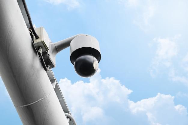 Telecamera cctv pubblica moderna con sfondo di cielo sereno
