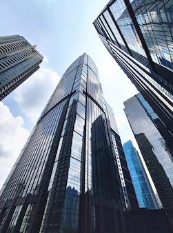 Foto d'archivio di grattacieli per ufficio moderno riflettente