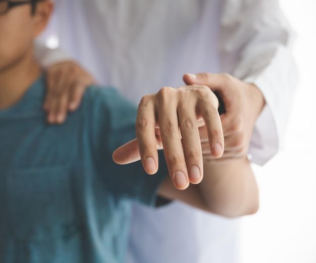 Un uomo di fisioterapia riabilitazione moderna al lavoro con un cliente uomo
