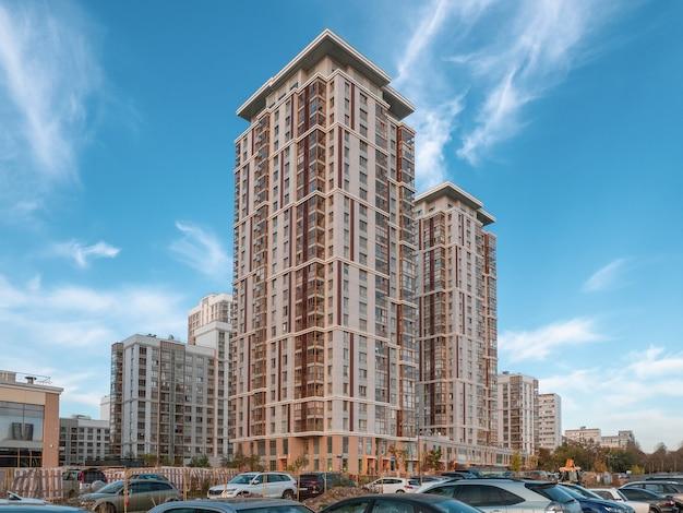 Quartiere residenziale moderno a mosca. grattacieli sullo sfondo del cielo blu di sera.