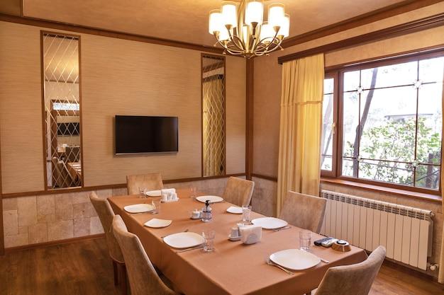Interno moderno della sala eventi per banchetti del ristorante