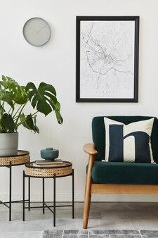 Moderno concetto retrò di interni domestici con divano verde di design, tavolini, piante, mappa poster, moquette e accessori personali. elegante arredamento per la casa del soggiorno.