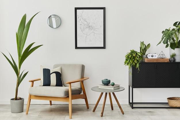 Moderno concetto retrò di interni di casa con poltrona grigia di design, tavolino da caffè, piante, mappa poster mock up, moquette e accessori personali. elegante arredamento per la casa del soggiorno.
