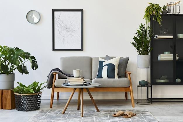 Moderno concetto retrò di interni di casa con divano grigio di design, tavolino da caffè, piante, mobili, mappa poster mock up, decorazione e accessori personali. elegante arredamento per la casa del soggiorno.
