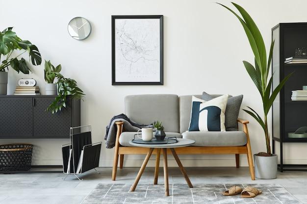 Moderno concetto retrò di interni domestici con divano design grigio, tavolino da caffè, piante, mobili, mappa poster, decorazioni e accessori personali. elegante arredamento per la casa del soggiorno.