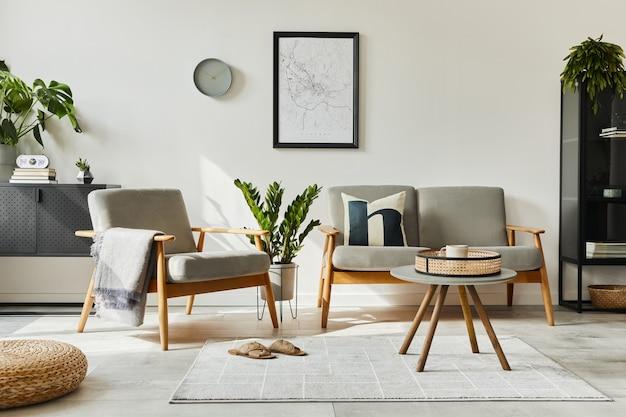 Moderno concetto retrò di interni di casa con divano di design, poltrona, tavolino da caffè, piante, mappa poster mock up, moquette e accessori personali. elegante arredamento per la casa del soggiorno.