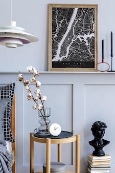 Interni moderni scandi per la casa con comò in legno con cornice per poster finto e accessori personali