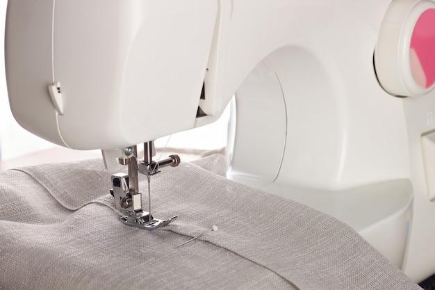 La moderna macchina da cucire e capo di abbigliamento. processo di cucito.