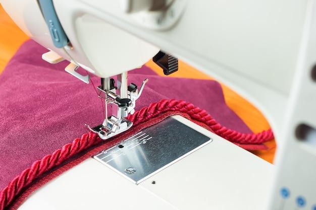 Piedino moderno per macchina da cucire e cordino decorativo. processo di cucito.