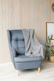 Interni moderni e luminosi con sedia, stile scandinavo.
