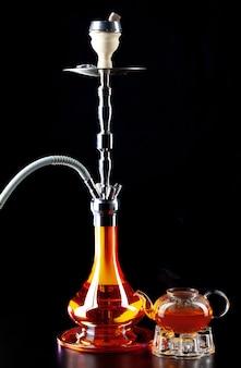 Shisha moderno e teiera di vetro sulla fine nera su