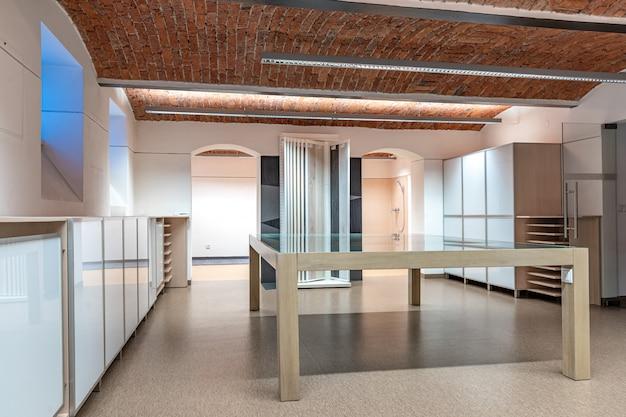 Showroom moderno per presentazione di nuovi prodotti e negozio.