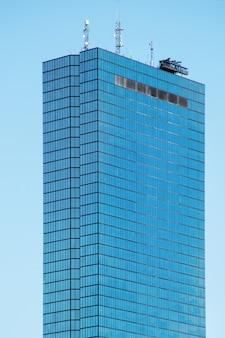 Grattacielo moderno con facciata in vetro a boston