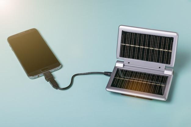 Uno smartphone moderno si carica dall'energia del sole