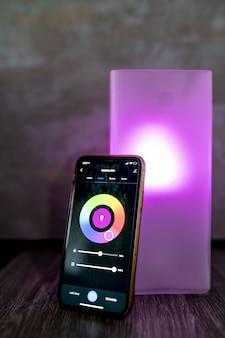 Smartphone moderno con selezione del colore posto sul comodino