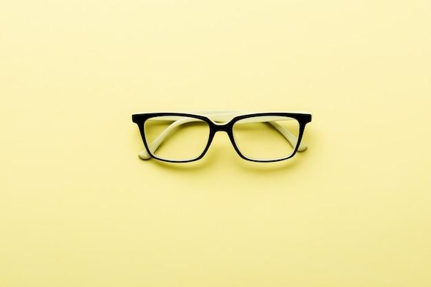 Occhiali da vista moderni vetro isolato