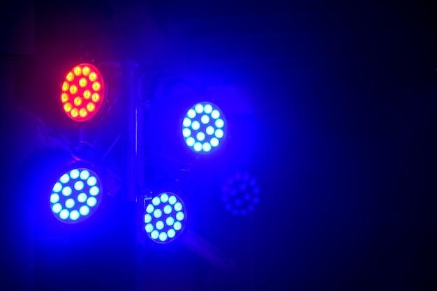 Moderna attrezzatura per l'illuminazione del palcoscenico fascio rosso e blu di luce spot a led da palcoscenico su sfondo nero
