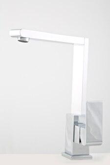 Rubinetteria moderna in acciaio, per bagno. isolato su sfondo bianco.