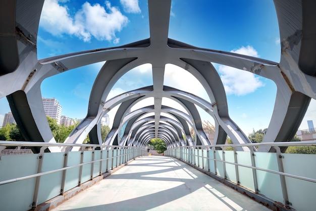 Moderna struttura a ponte in acciaio