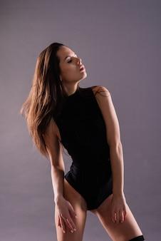 Ballerino in stile moderno in posa su uno sfondo di studio