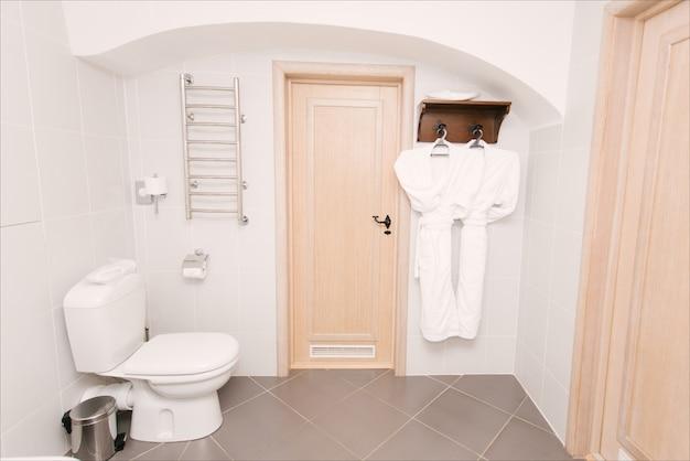 Interior design in stile moderno di un bagno, hotel, bagno con fiori