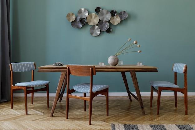 Interiore della sala da pranzo moderna ed elegante con tavolo in legno glamour, sedie eleganti e decorazioni di design. modello. home decor. concetto minimalista di interior design.