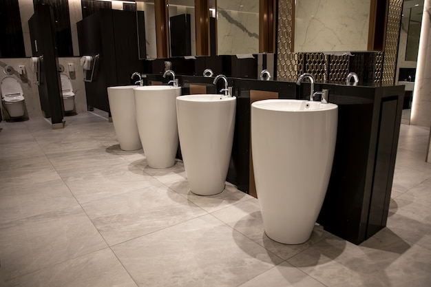 Interni moderni ed eleganti di un bagno pubblico