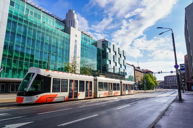 Tram moderno della città di tallinn nella sua nuova parte di edifici in vetro.
