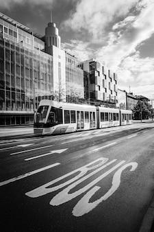 Il moderno tram della città di tallinn con il segno dell'autobus in primo piano.