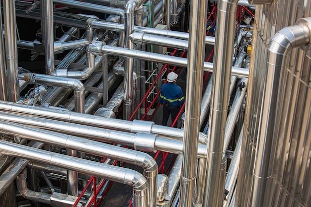 Moderna fabbrica chimica di serbatoi e condutture con grandi serbatoi di lucentezza per l'olio motore del prodotto miscelatore