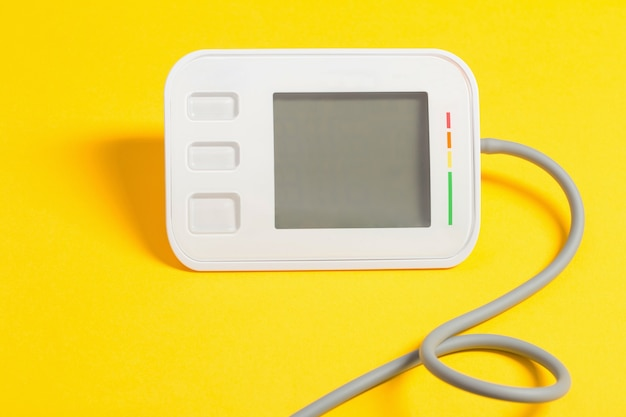 Tonometro moderno su superficie gialla
