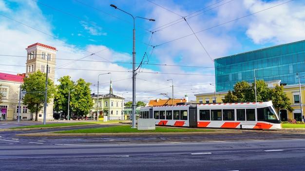Tram moderno che passa da un quadrato nella città di tallinn estonia.