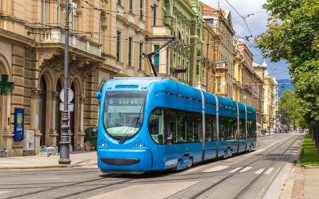 Tram moderno su una strada di zagabria, croazia